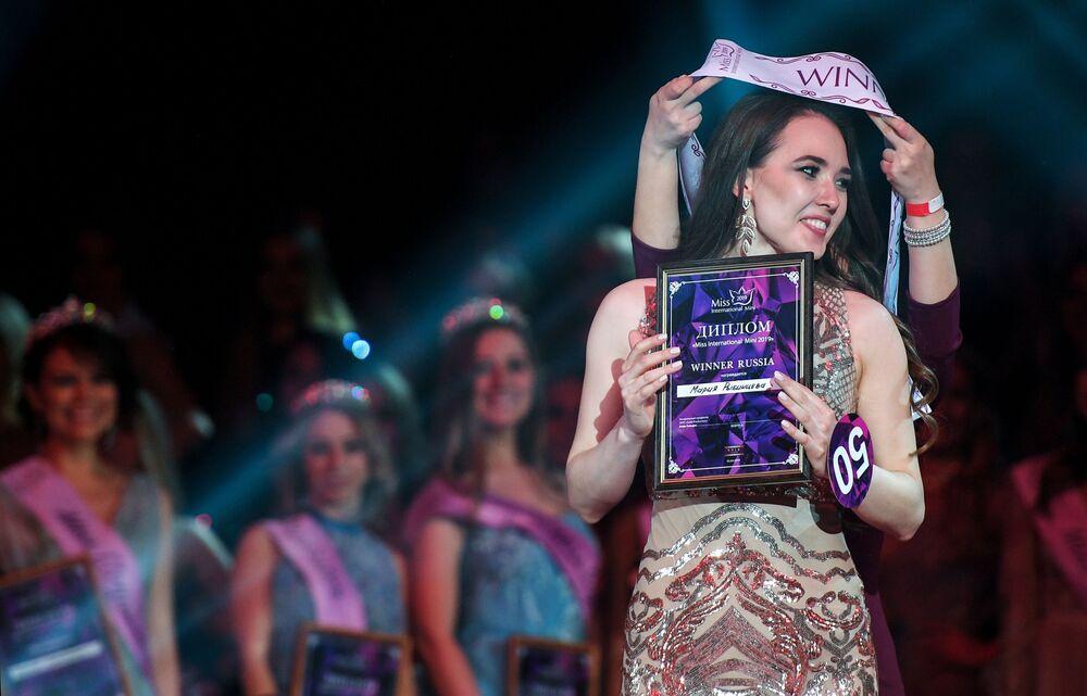 Ganhadora do concurso Miss Internacional Mini 2019 da Rússia, Maria Rybintseva, na cerimônia de premiação que ocorreu em Moscou