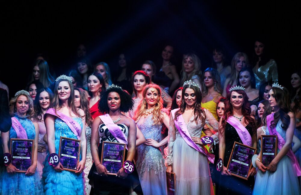 Lindas finalistas do Miss Internacional Mini 2019 posam juntas em Moscou