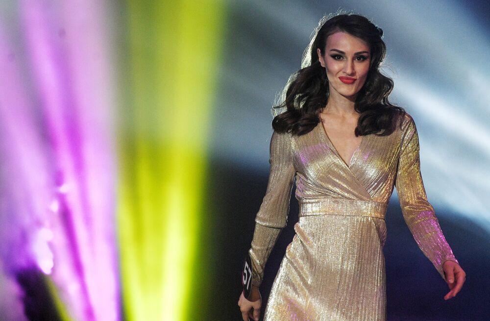 Candidata ao Miss Internacional Mini 2019 desfilando com um vestido de seda magnífico