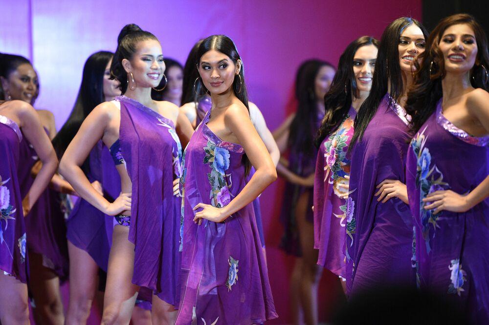 Participantes do concurso esperam início da apresentação em hotel na cidade filipina de Quezon