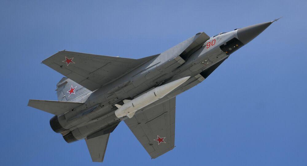 Caça MiG-31 armado com o míssil hipersônico Kinzhal