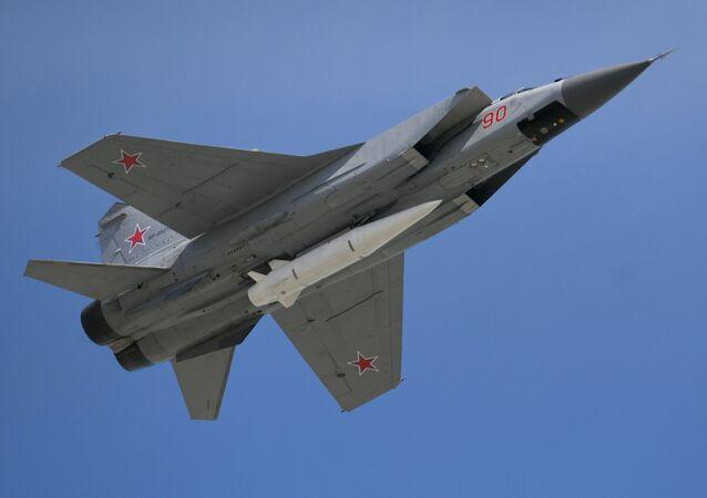 MiG-31 equipado com o míssil hipersônico Kinzhal no desfile militar dedicado ao 73º aniversário da vitória na Grande Guerra Patriótica de 1941-1945.