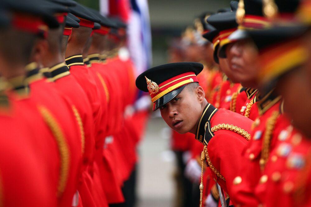 Guarda de honra se prepara para receber o chefe do Exército do Camboja