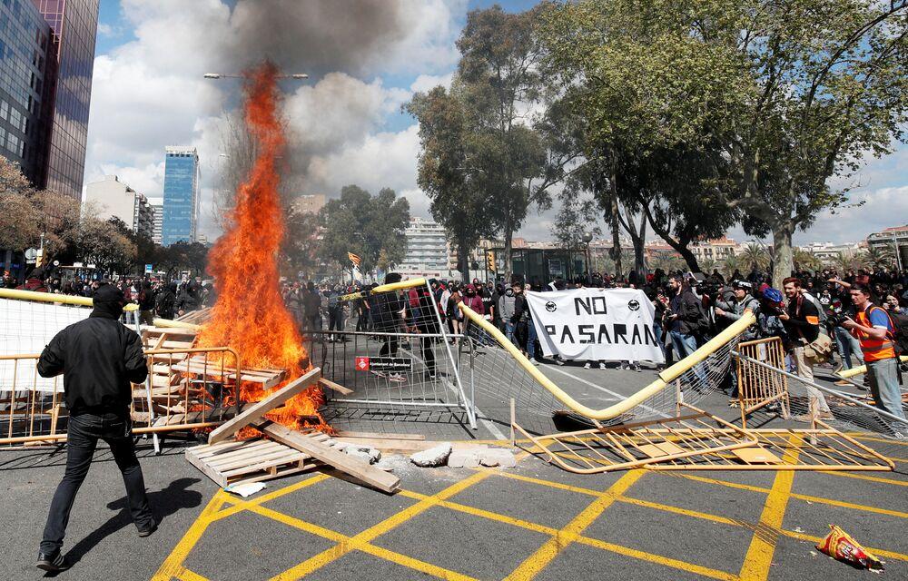 Barricada em chamas é fotografada na Catalunha