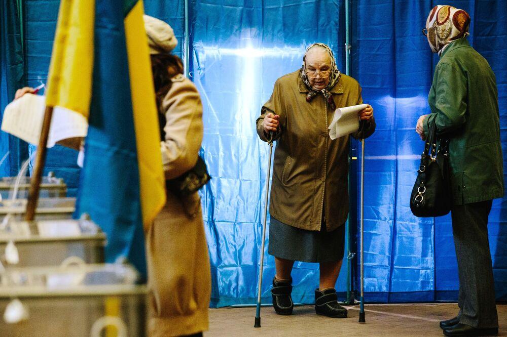 Moradores de Carcóvia durante eleições presidenciais na Ucrânia