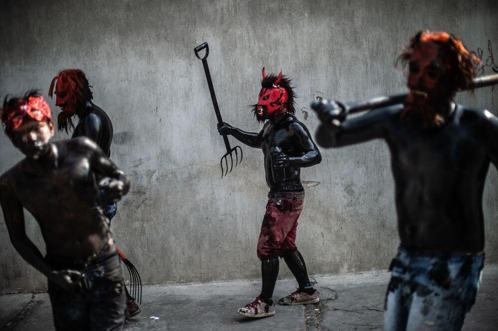 Jovens pintam o corpo com óleo para celebrar o carnaval no México