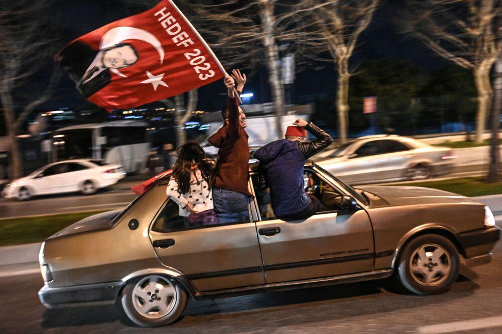 Apoiadores acenam bandeira com foto do presidente turco