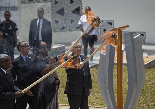 Líderes da União Africana , União Europeia e o presidente de Ruanda participam de homenagem ao aniversário de 25 anos do genocídio que deixou 800 mil tutsis e hutus mortos em apenas 10 dias em Ruanda.