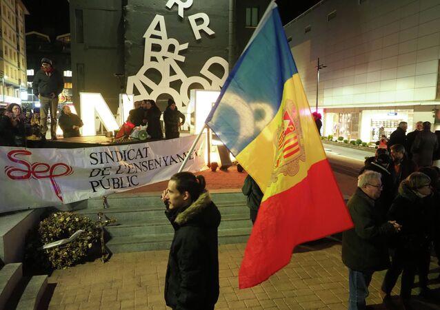 Manifestante com a bandeira de Andorra durante um protesto na capital do país, Andorra-a-Velha, em 16 de janeiro de 2019