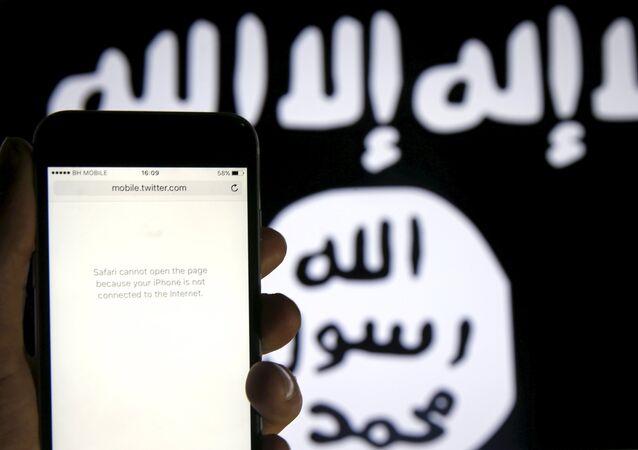Twitter em frente a uma bandeira do Daesh (foto referencial)