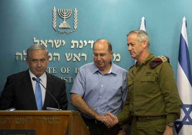 Lieutenant General Benny Gantz, then Israel's chief of staff, shakes the hand of defence minister Moshe Yaalon at a press conference with Benjamin Netanyahu in 2014