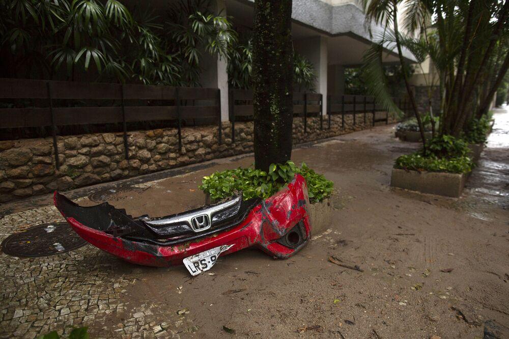 Painel frontal de carro é visto em bairro do Rio de Janeiro que foi alagado por chuvas