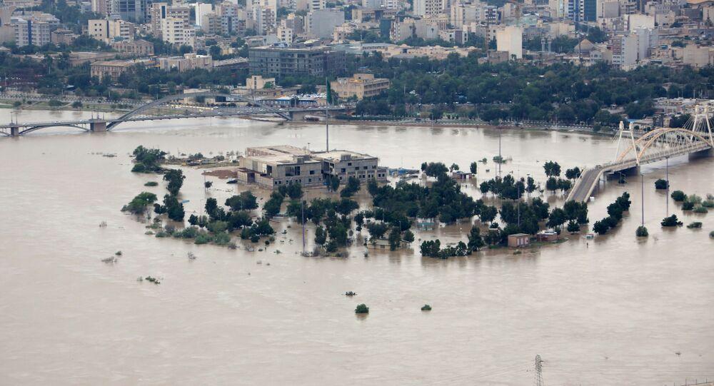 Inundação na área do rio Karun, em Ahvaz, capital da província iraniana do Khuzistão, em 9 de abril de 2019