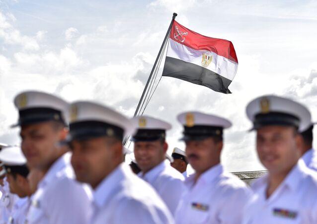 Os soldados egípcios durante hasteamento da bandeira no cruzeiro militar BPC Anwar el Sadate.