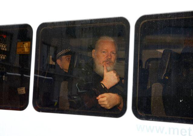 Fundador do WikiLeaks, Julian Assange, dentro de carro da polícia após detenção perto da embaixada do Equador em Londres