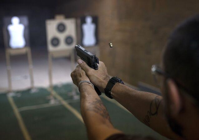 Atirador durante uma sessão de tiros em um clube de armas no Brasil