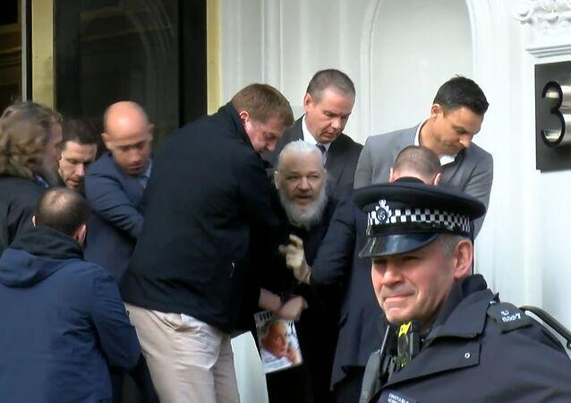 Julian Assange, fundador do Wikileaks, detido pela polícia do Reino Unido