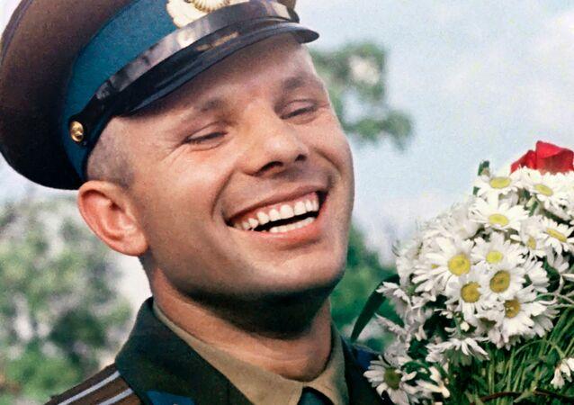 Cosmonauta soviético Yuri Gagarin com ramo de malmequeres