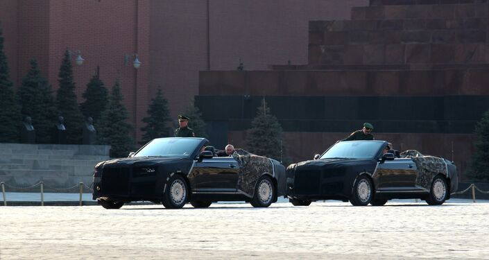 Cabriolé Aurus passou pela Praça Vermelha em Moscou