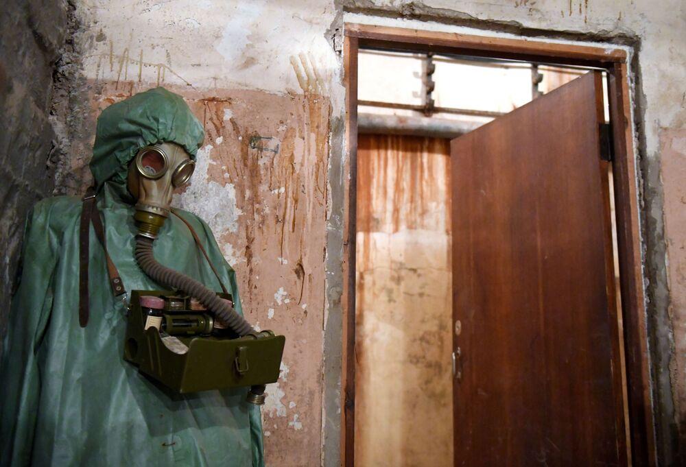 Traje e máscara para proteger da radiação são expostos no museu Bunker 703 em Moscou