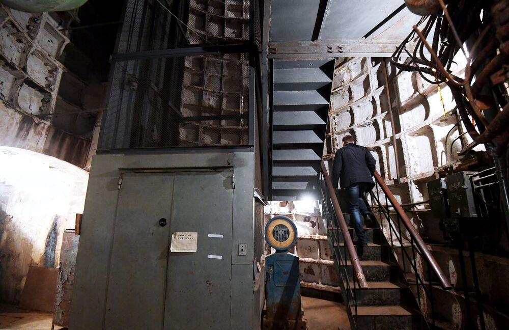 Elevador que desce 50 metros para o museu Bunker 703