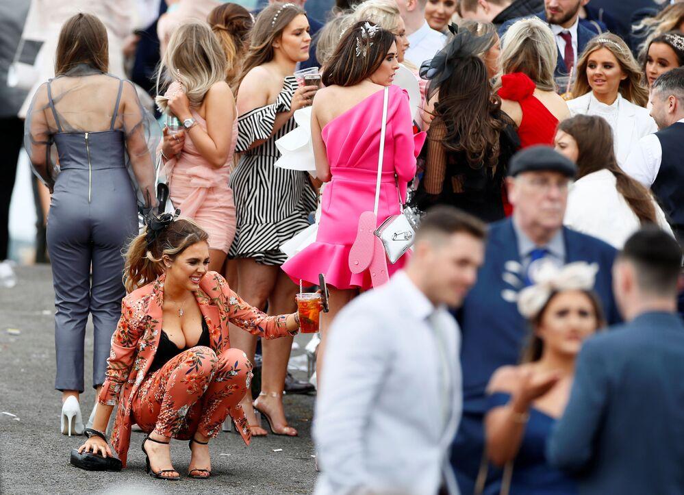 Mulheres durante corrida de cavalos no Reino Unido