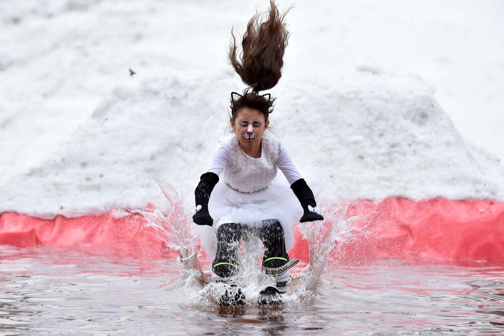Garota participa de competição humorística na Bielorrússia
