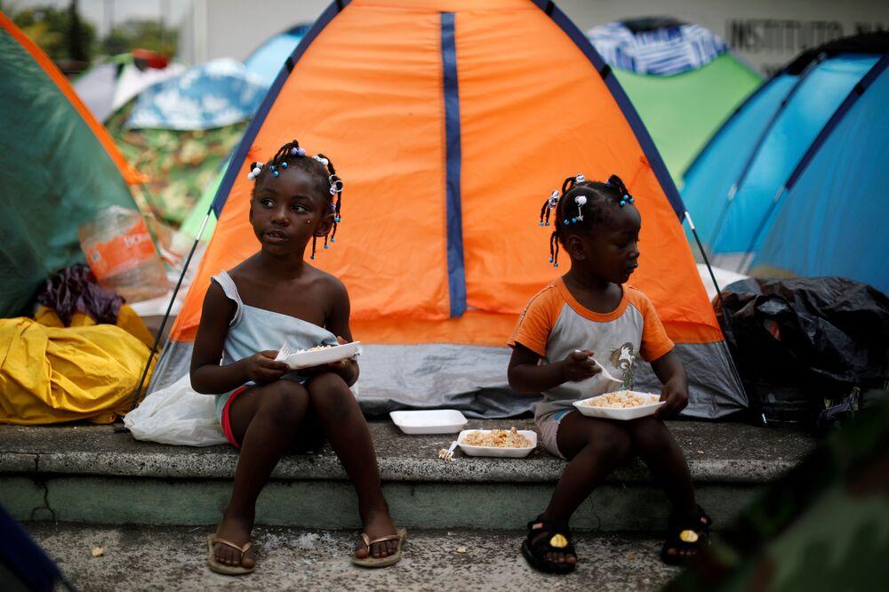 Garotas do Congo em acampamento improvisado no México