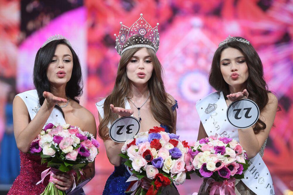Segunda colocada no concurso Miss Rússia 2019, Arina Verina (à esquerda), a campeã Alina Sanko (no centro) e a terceira classificada Ralina Arabova (à direita), durante a cerimônia de premiação
