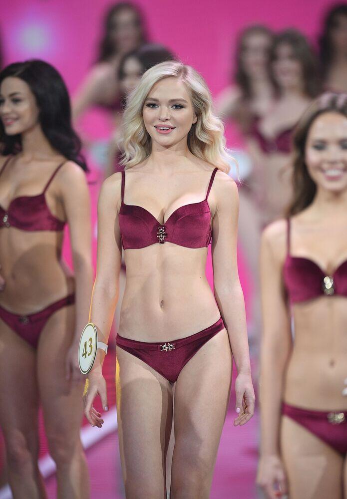 Participantes se apresentam de biquíni na final do Miss Rússia 2019, nos arredores de Moscou, Rússia