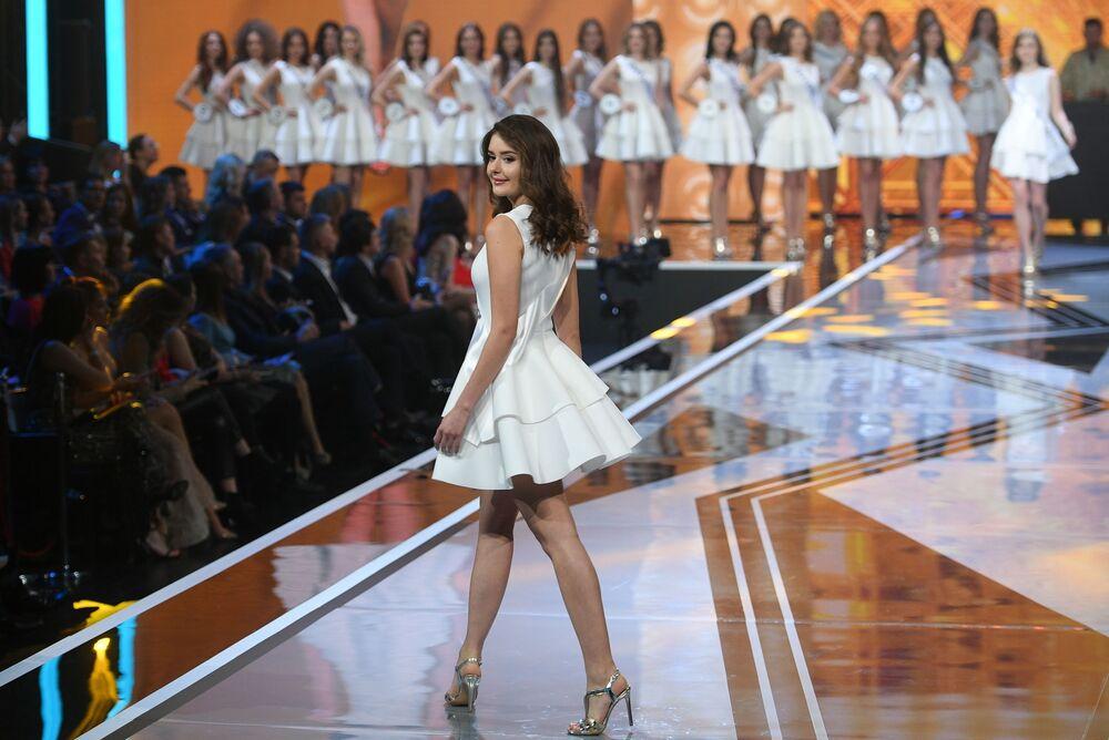 Participante se apresenta com vestido branco na final do concurso de beleza Miss Rússia 2019, no salão de eventos Barvikha Luxury Village, na Rússia