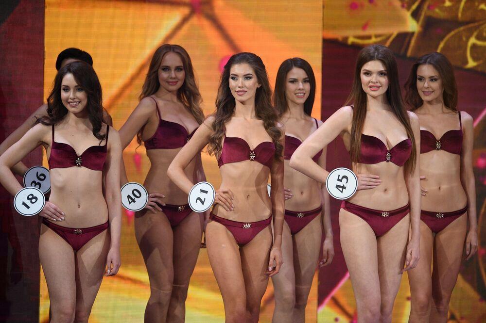 Participantes posam juntas para foto em biquíni, na final do concurso de beleza Miss Rússia 2019, realizada nos arredores de Moscou, na Rússia
