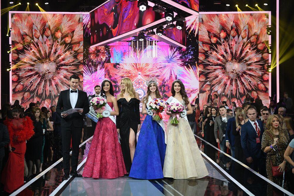 Ganhadoras do Miss Rússia 2019 posam para fotos juntas durante a cerimônia de premiação realizada no salão de eventos Barvikha Luxury Village, localizado nos arredores de Moscou, Rússia