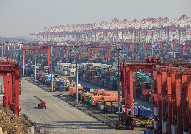 Contêineres no porto de águas profundas de Yangshan, parte da Zona Franca de Xangai.