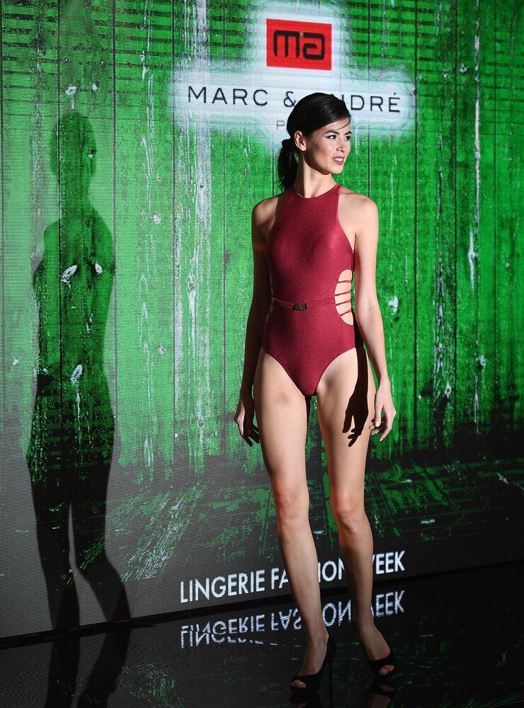 Desfile de peças íntimas femininas e biquínis, Lingerie Fashion Week, realizado na capital russa de Moscou