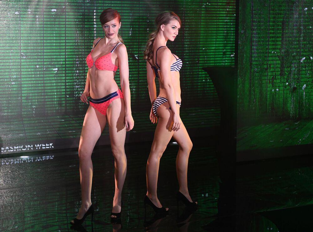 Garotas se apresentam durante desfile de lingerie realizado em Moscou - Lingerie Fashion Week