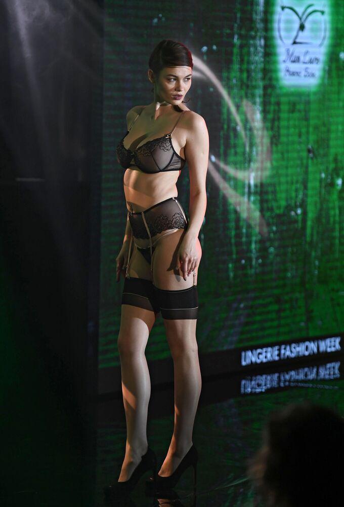 Modelo posa para foto, usando roupas íntimas, no desfile Lingerie Fashion Week, em Moscou, Rússia