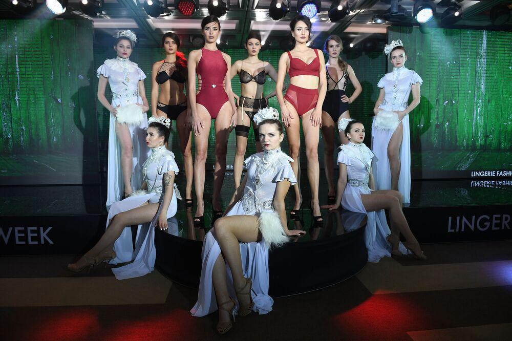 Jovens posam juntas para foto durante desfile de peças íntimas femininas, biquínis e pijamas - Lingerie Fashion Week, na Rússia