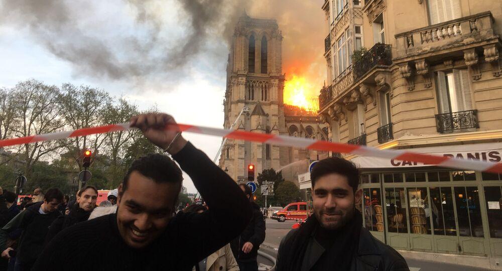 Catedral de Notre-Dame em Paris arde em chamas.
