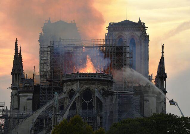 Catedral de Notre-Dame, em Paris, em chamas.