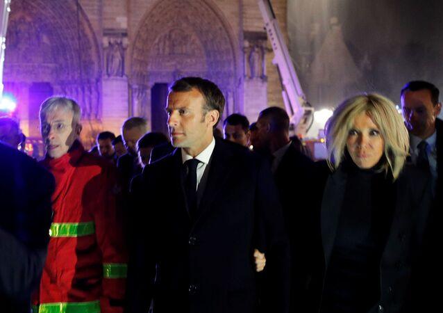 O presidente francês Emmanuel Macron e sua esposa no local do incêndio