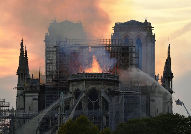 Bombeiros conseguem conter chamas na Catedral de Notre-Dame