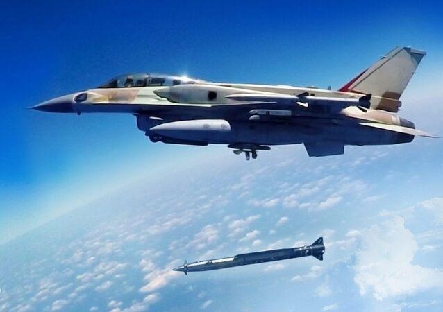 Míssil balístico hipersônico Rampage sendo lançado de avião de combate F-16 (imagem de arquivo)