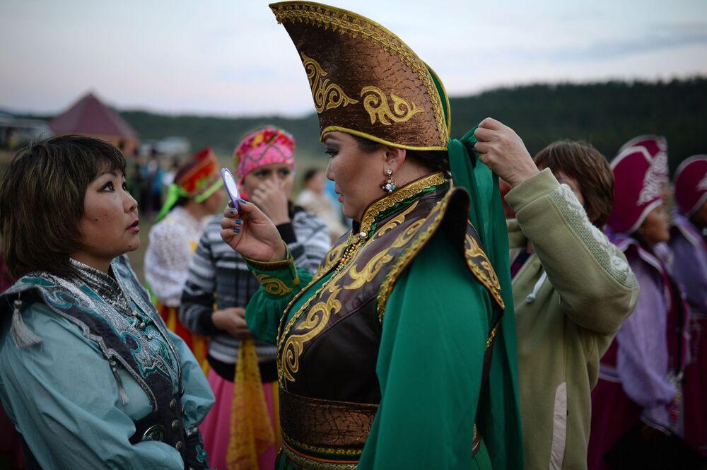 Mulher com traje tradicional Telenguita prepara-se para evento artístico