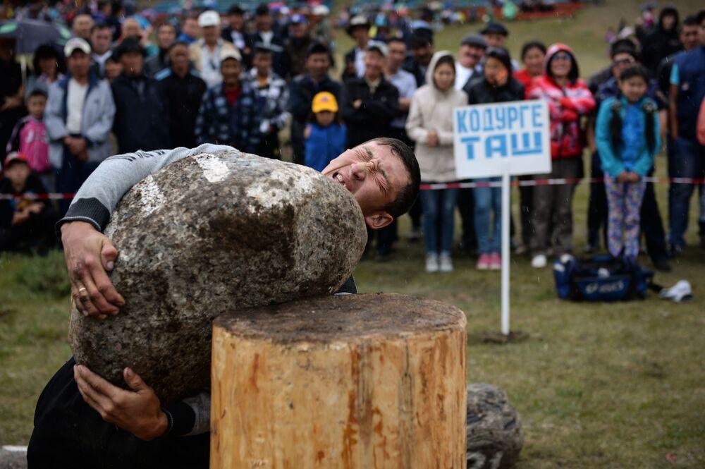 Um participante da competição esportiva tradicional na modalidade de levantamento de pedras