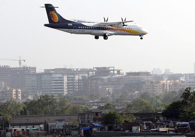 Aeronave de pequeno porte da Jet Airways se prepara para pousar em Mumbai.