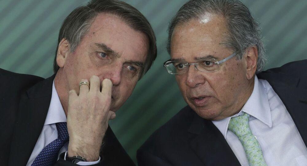 Jair Bolsonaro ao lado do ministro da Economia, Paulo Guedes