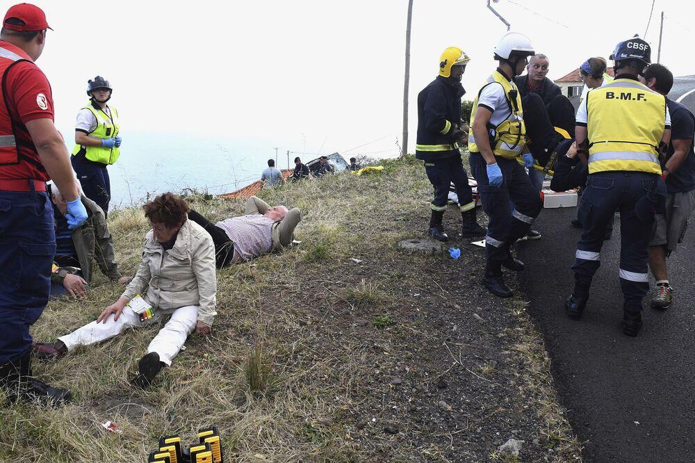 Bombeiros e equipes de resgate no local do acidente mortal de ônibus na Madeira