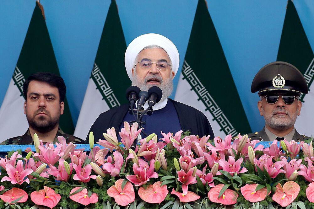 O presidente iraniano Hassan Rouhani discursa na cerimônia dedicada ao Dia Nacional do Exército