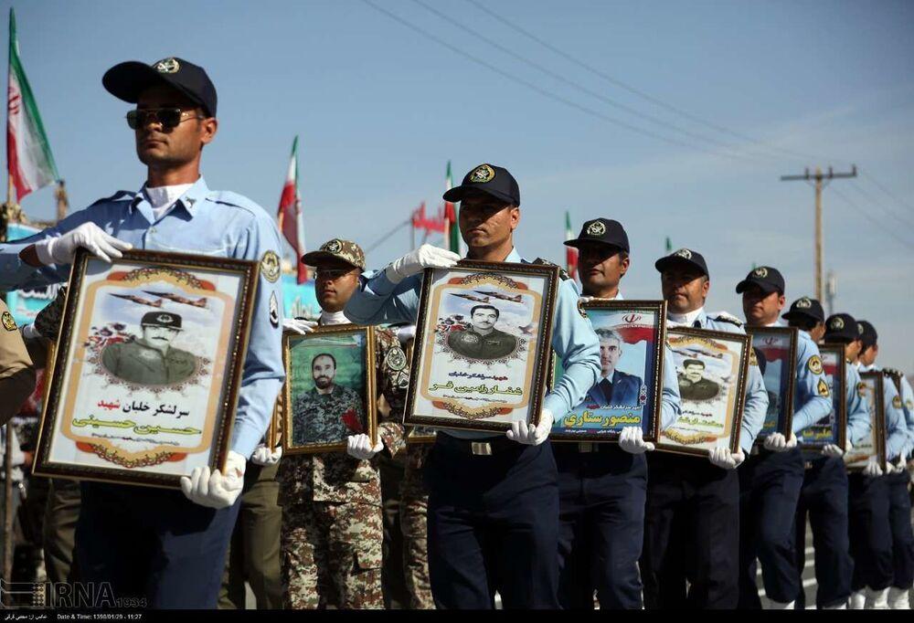Retratos de heróis iranianos mortos em combate
